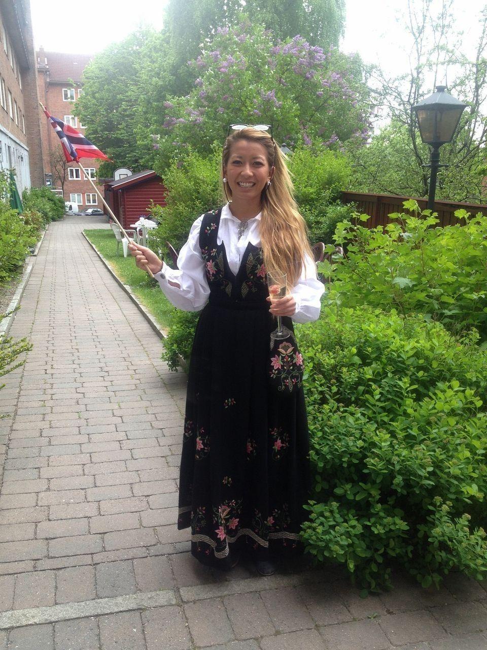 Ny Svart Lundeby Bunad str S med skjorte, veske og lue | FINN.no