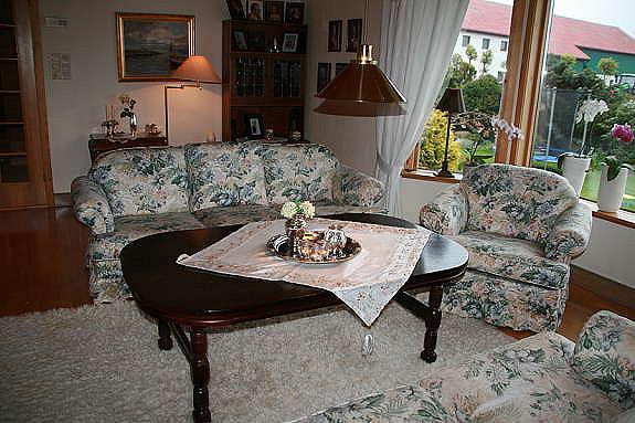 Hellegjerde sofa med en 3-seter, en 2-seter og 2 enkle stoler og mørkt salongbord