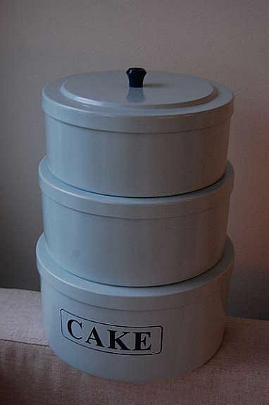 Oppbevaringsbokser i lyseblå farge. Selges samlet for 200 kr. 10 cm høy, diameter 21 cm.