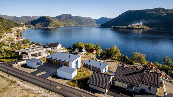 Funkis ved Førdefjorden Naustdal – 3 selde