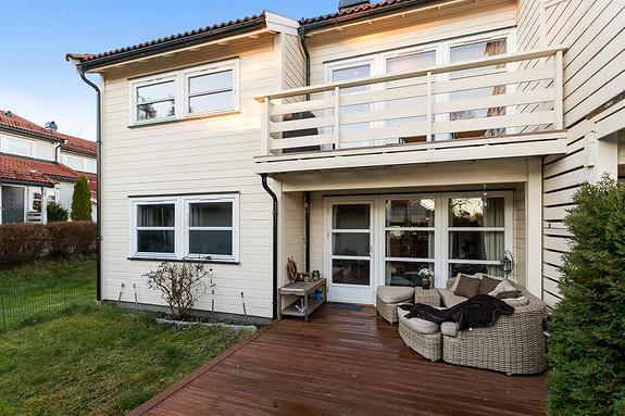 Teksleåsen - Pen og praktisk med 2 soverom, 1.etg. Deilig terrasse og hage. Flytt rett inn!
