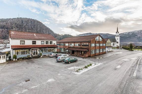 Kombinert butikk og leilegheitsbygg med attraktivt lokalisering i Naustdal sentrum
