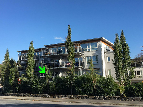 Skjold. Stor 2-roms selveierleilighet i attraktivt område. Bybanestopp og butikk like ved. Garasjeplass, heis og 2 altaner. Stor felles solrik terrasse og hage.