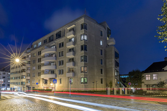 MIDT I SENTRUM: Meget attraktiv 2-roms selveierleilighet i 3.etg -  Fast parkeringsplass i lukket garasjeanlegg - Heis - Balkong - Felles hage og takterrasse med panoramautsikt over verdens vakreste by!
