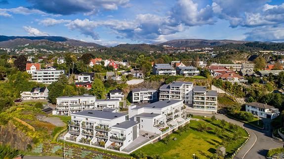 Hop - Nydelig 95 kvm leilighet med sentral beliggenhet, stor terrasse, flotte hageområder og gode solforhold.