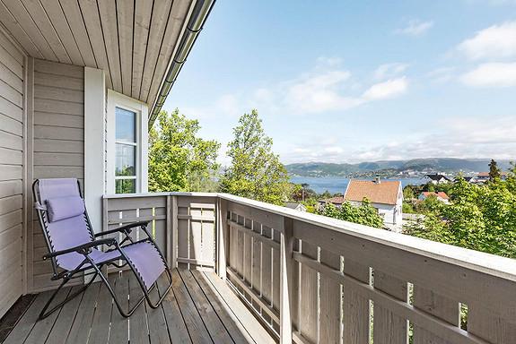 Nyere familiebolig med flott utsikt over byfjorden. Høy, fri og solrik beliggenhet i attraktivt nabolag