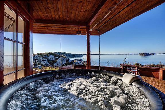 Unik mulighet !! En perle ved sjøen, nøst, anneks, basseng og garasje. Gode sol- og utsiktsforhold.