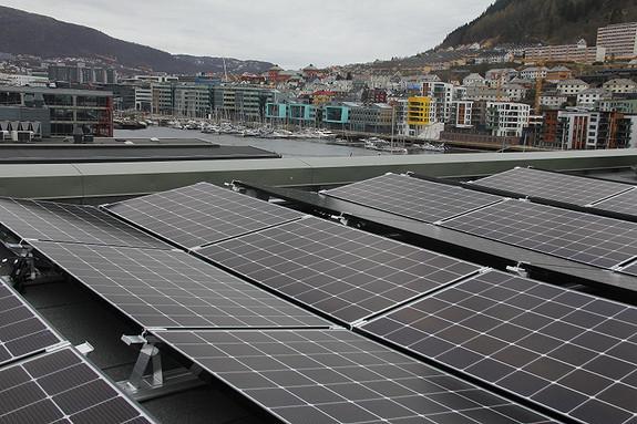 Solceller dekker hele taket