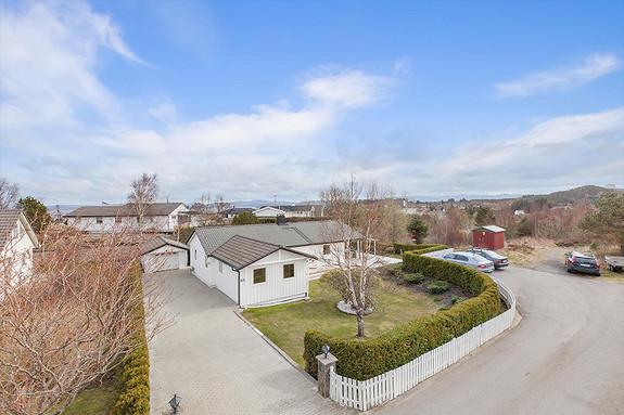 Pen enebolig med alt på et plan sentralt på Ågotnes. Modernisert de senere år.Flott opparbeidet hage og uteplass. Garasje.