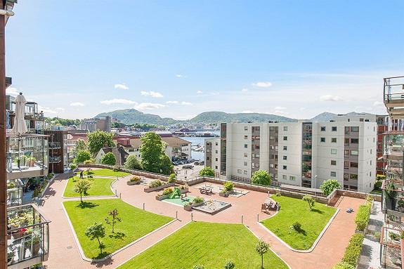 Bo godt ved sjøen i idylliske SANDVIKEN. 2-roms leilighet med balkong og store vindusflater i 4. etg. (6. etg. med heis)