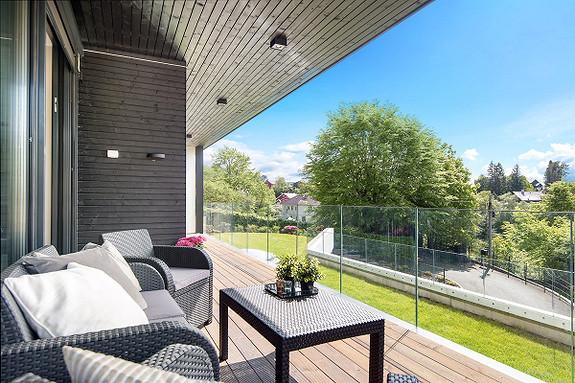 Flytt rett inn i en av byens lekreste leiligheter med høy standard og solrik fantastisk beliggenhet på Paradis!