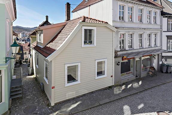 SENTRUM/STØLEN - Enebolig med 4 soverom. Koselig uteplass på ca. 20 kvm.