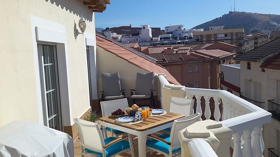 Toppleilighet, med stor terrasse, en oase, sentralt i den historiske bydel.