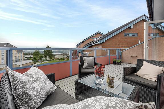 Olsvik - Pen og romslig 4-roms med oppgradert bad. Solrik altan på ca. 18 kvm med flott utsikt. Parkering i garasje.