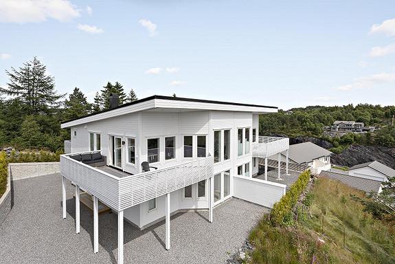 Strøken bolig i rolige omgivelser med gode sol- og utsiktsforhold og båtfesterett. 4(5) soverom