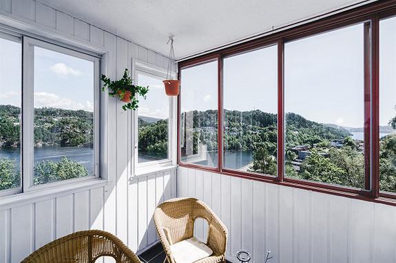 Bergen vest - Stor 3-roms med god planløsning, innglasset altan, flott utsikt og gode solforhold. Parkeringsplass!