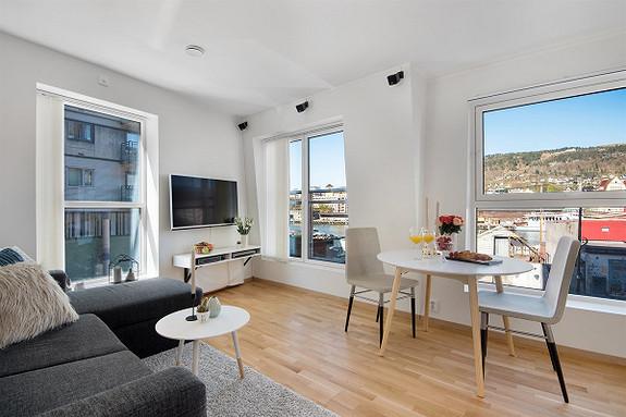 Damsgård - Lys og lekker 2-roms leilighet i bygg fra 2014. Kort gangavstand til buss, bybane, BI og UIB. Fast plass i felles garasjeanlegg. Stor, solrik takterrasse.