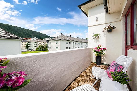 Visning onsdag 26/7 kl. 17-18! 3-roms hjørneleilighet i øverste etasje. Solrik balkong. Gangavstand til Bybanen og Høgsk