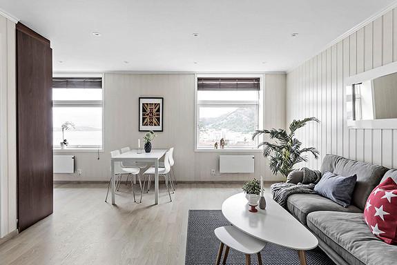 SANDVIKEN - Lekker, nyoppusset 4-roms eierleilighet på to plan. Nydelig utsikt.