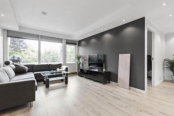 Lekker 2-roms leilighet med gode kvaliteter, solrik balkong, heis og sentral beliggenhet. Buss og butikk like ved.