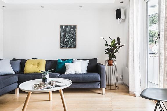 En lekker leilighet med god planløsning og smart arealutnyttelse. Leiligheten har deilige, pent opparbeidet uteområder og flott utsikt!