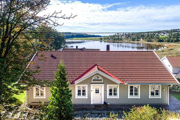 Pen enebolig ved vannet - Skjærviken