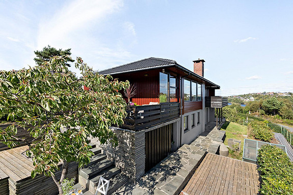 Familiebolig med fantastisk utsikt, gode solforhold, garasje og opparbeidet hageSøre Bildøy, rolig etablert boligområde