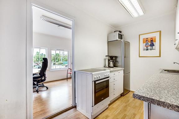 Kjøkken med enkeltkontor i bakkant