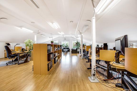 Stort åpent kontorlandskap