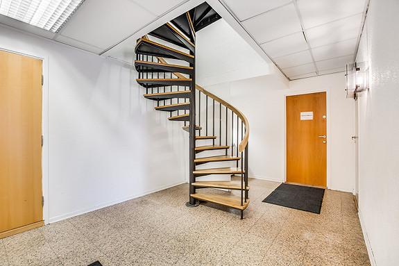 Inngang via vindeltrapp til 2. etg.