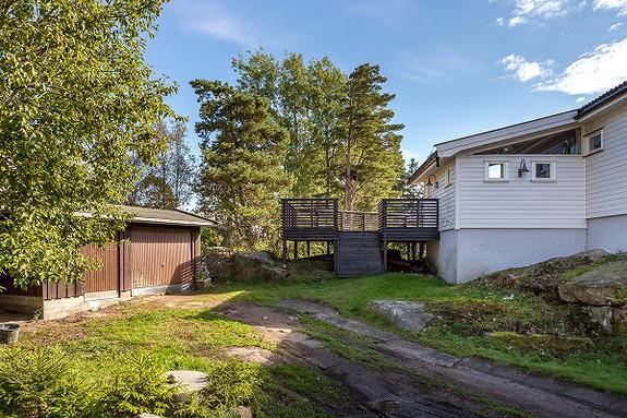Flott innholdsrik enebolig på ett plan i rolig, attraktivt og barnevennlig område. Solrik naturtomt - Begby.