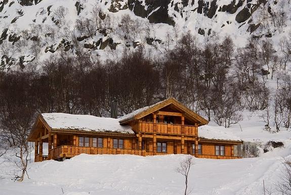 SIMON SANDE – Sirdal – En majestetisk stavlaft hytte (Soria Moria?)