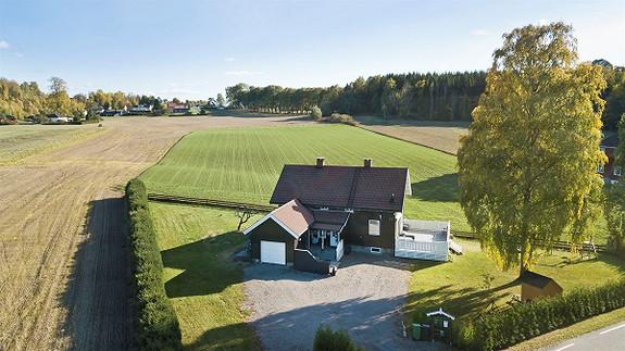 """Sjelden mulighet i landlige omgivelser. """"Løvenskiold hus"""" på romslig tomt - 1370m2. Garasje. Venstøp skolekrets."""