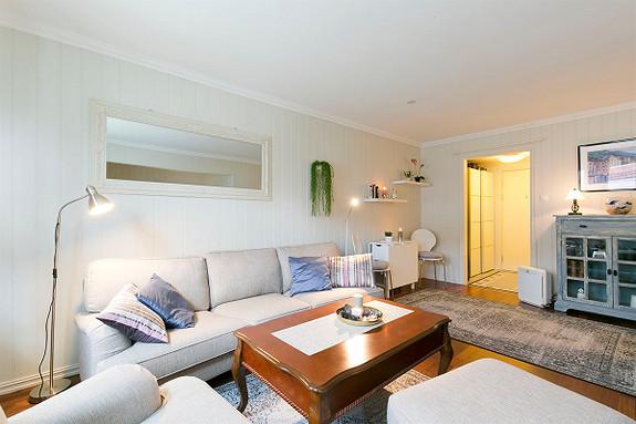 Hovenga - Lys og pen leilighet med balkong. Pent kjøkken og bad. Populær og sentral beliggenhet.
