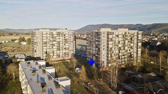 """Falkum - Praktisk og tiltalende leilighet i 2.etg. Lave felleskostnader. """"Alt inkluder"""". Nyere bad. Innglasset balkong."""