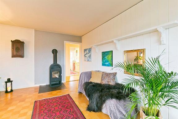 Hovenga - Velholdt 3(4) roms-leilighet i 3.etg. Sentrumsnær og attraktiv beliggenhet. Vestvendt og solrik balkong.