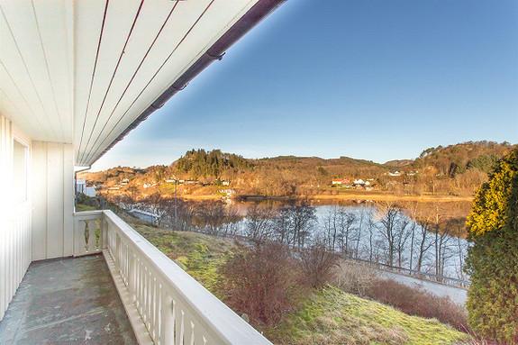Solrikt beliggende enebolig med flott utsikt.