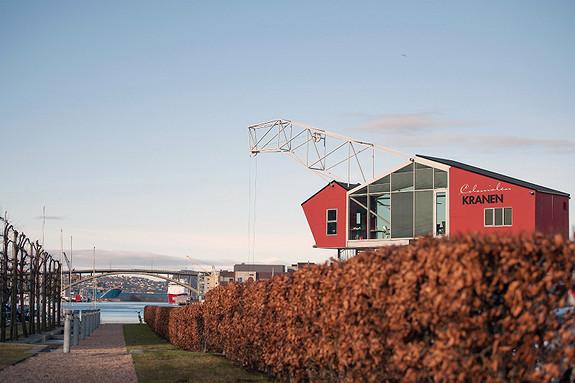 Kranen er et landemerke i Solheimsviken, og Colonialen er åpen hverdager, kveld og helg.