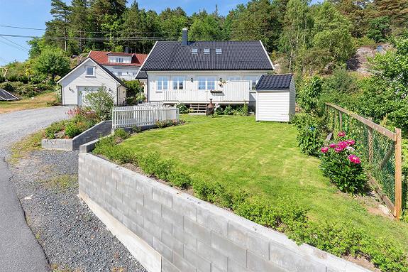 NY PRIS ! VISNING 01.08  -   Enebolig på solrik tomt i Solbergåsen. Utleiedel og frittliggende garasje.