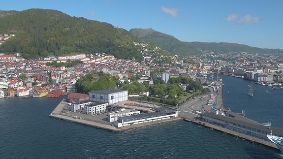 Bontelabo ligger usjenert til på en egen halvøy i Bergen sentrum med busstopp rett utenfor døren og gode parkeringsmuligheter.