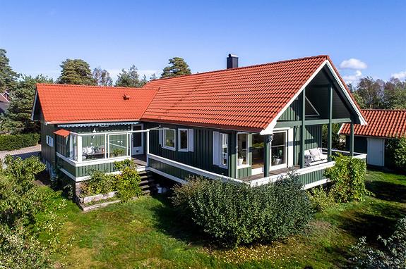 Stor familievennlig bolig med hjemmekino, badstue og fire soverom. Rolig og barnevennlig område - Manstad