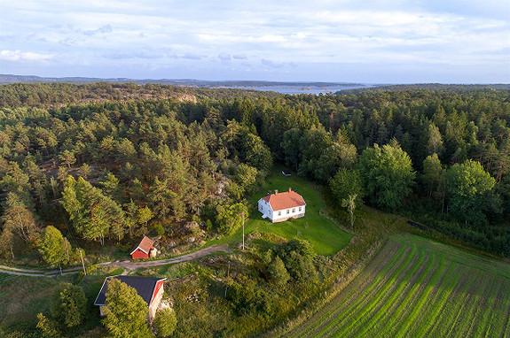Idyllisk småbruk fra 1858 - stor tomt, låve, hønsehus og butikklokale - nylig modernisert - Kirkøy, Hvaler