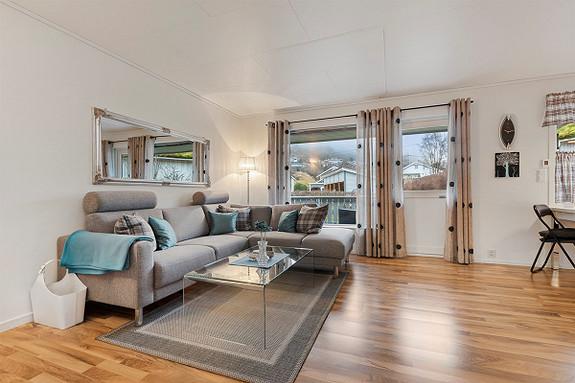 Praktisk og triveleg rekkehus med enkel tilkomst, terrasse, hage, nyare carport og sentral beliggenheit