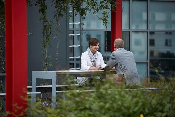 Lunsj eller kaffepause kan nytes på byggets takterrasse på varmere dager