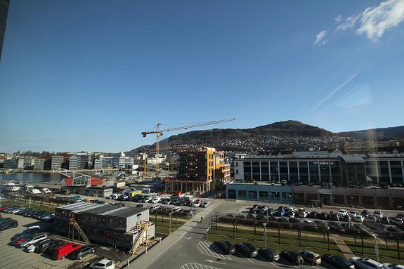Utsikt mot Fløyen, Skipet reiser seg på byggeplass