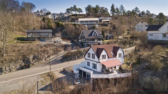 Doktorstykket - Hel 2-mannsbolig med meget sentral beliggenhet. Solrik tomt. Stor vestvendt terrasse med flott utsikt.