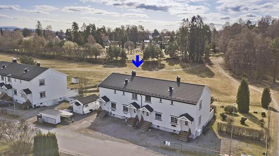 Gimsøy - Meget tiltalende og påkostet rekkehus med 3 soverom. Nyere bad og kjøkken. Sentral beliggenhet.
