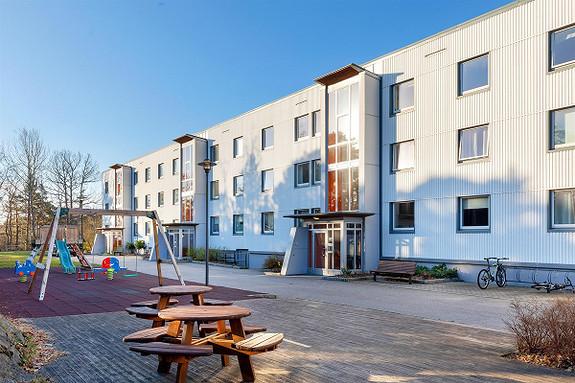 Flott påkostet 3-roms med innglasset balkong-Nærhet til skole og off.komm-Gode turmuligheter