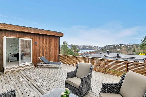 Lekkert oppgradert atriumshus med flere uteplasser, gode solforhold og garasje! Sentral beliggenhet!