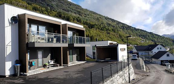 Innflyttingsklar leilegheit ved Førdefjorden i Naustdal. Frå 1/1-2020 blir Naustdal ein del av Sunnfjord kommune. Ved signering av kontrakt innan 15/12-19, får kjøpar fritak for eigedomsskatt i 5 år etter gamle reglar. Lav dokumentavgift.